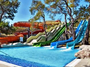 Aquapark mit Wasserrutschen